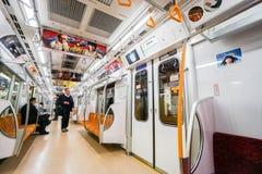 在东京乘的人、位子和内部里面地铁日本 免版税库存照片
