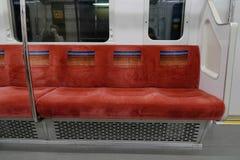 在东京地铁运输系统里面的椅子在东京 库存照片