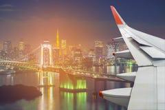 在东京塔的飞机翼和彩虹桥梁在东京,亚帕 库存照片