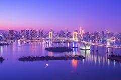 在东京海湾的东京地平线在Odaiba在东京,日本在晚上 图库摄影