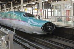 在东京站的Shinkansen Hayabusa火车 免版税库存照片