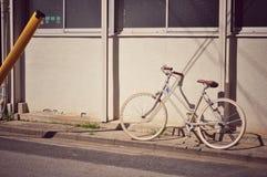 在东京街道停放的自行车 免版税图库摄影