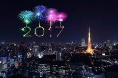 2017年在东京都市风景的新年快乐烟花在晚上, Jap 免版税库存照片