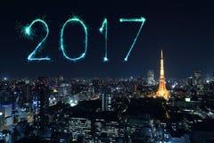 2017年在东京都市风景的新年快乐烟花在晚上, Jap 库存图片