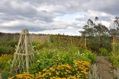 在东北英格兰海岛上的被围住的庭院  免版税库存图片