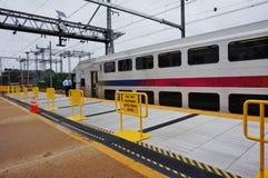 在东北走廊线的一列NJ运输市郊火车 免版税库存照片