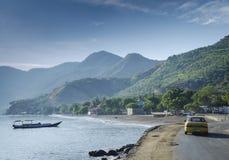 在东帝汶leste的帝力附近沿岸航行海滩和小船 库存图片
