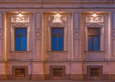 在东方原稿学院夜门面的Windows  免版税库存照片