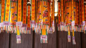在东方寺庙的装饰灯笼 垂悬在传统中国寺庙里面的设置明亮的装饰灯笼 股票录像