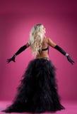 在东方服装的性感的白肤金发的妇女舞蹈在上升了 免版税库存图片