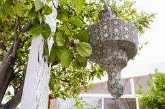 在东方样式的灯笼在庭院里在春天 库存图片