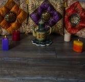 在东方样式陶瓷茶壶的五颜六色的坐垫 库存图片