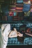 在东方styl的美丽的妇女苏丹娜礼服首饰冠状头饰 图库摄影