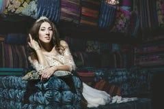 在东方styl的美丽的妇女苏丹娜礼服首饰冠状头饰 免版税库存图片