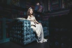 在东方styl的美丽的妇女苏丹娜礼服首饰冠状头饰 免版税库存照片