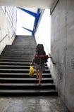在东欧火车站的背包徒步旅行者上升的台阶 图库摄影