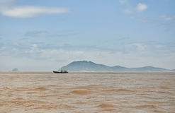 在东海的小渔船 免版税库存照片