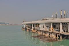 在东涌湾hk的一个码头 免版税图库摄影