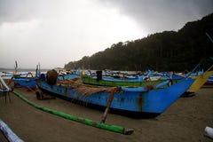 在东爪哇省的岸的渔船 库存图片
