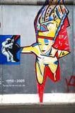 在东边画廊墙壁上的一张街道画绘画在柏林,德国 库存照片