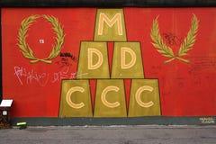 在东边画廊墙壁上的一张街道画绘画在柏林,德国 库存图片