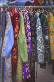 在东部市场东方人长袖衣服的全国衣裳 库存照片