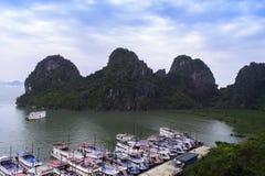 在东Thien Cung洞附近的海湾 免版税图库摄影