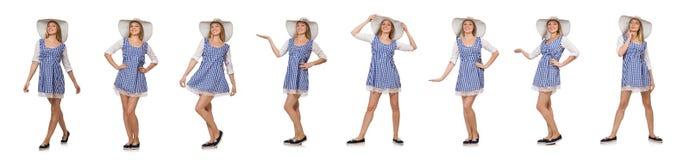 在丝毫隔绝的格子花呢披肩简单的礼服和帽子的微笑的妇女 免版税库存图片