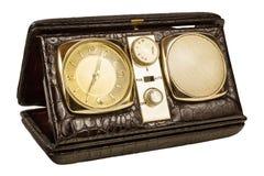 在丝毫隔绝的一台老旅行时钟收音机的减速火箭的被称呼的图象 免版税图库摄影