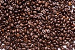 在丝毫隔绝的咖啡背景五谷 免版税库存图片
