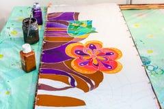 在丝织物的蜡染布绘画在框架舒展了 免版税库存照片