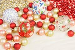 在丝绸的圣诞节装饰品 免版税库存照片