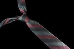 在丝绸的领带与红色和绿色条纹 免版税图库摄影
