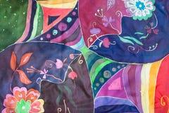 在丝绸蜡染布的几何和花卉样式 库存图片