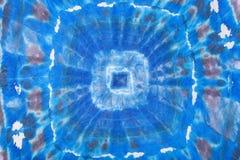 在丝绸蜡染布的抽象蓝色几何样式 图库摄影