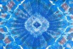 在丝绸蜡染布的抽象蓝色几何装饰品 库存图片