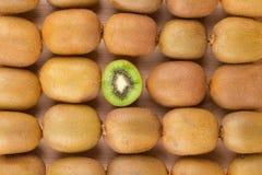 在两个一半的猕猴桃与在后面的其他猕猴桃 库存图片