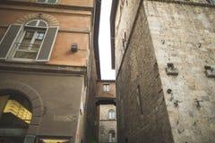 在两个大厦之间的拱道在历史处所 库存照片