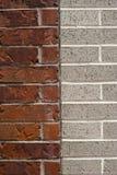 在两个大厦之间的砖分离 库存图片