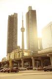 在两个大厦之间的加拿大国家电视塔 免版税库存照片