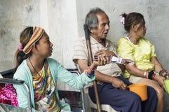 在两个女性叫化子中的盲人教会门户的是在公共场所找到的熟悉的场面 图库摄影