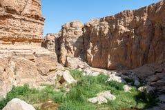 在两个岩石之间的一道伟大的峡谷 免版税库存照片