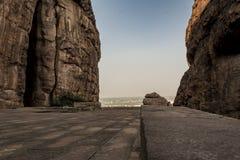 在两个巨大的岩石之间的天空在山 免版税图库摄影