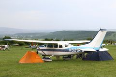 在两个帐篷之间的小型飞机在Yutsa机场 免版税图库摄影