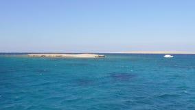 在两个桑迪海岛中的游艇 股票录像