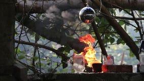 在两个残破的罐头和一个大球之间的火火焰在顶部射击 股票录像