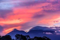 在两个火山后的桃红色日落,危地马拉 库存照片