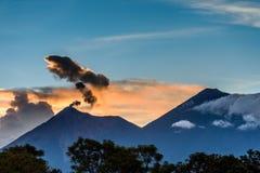 在两个火山后的橙色日落,危地马拉 免版税库存图片