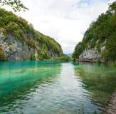 在两个白色岩石中的Gavanovac湖 图库摄影