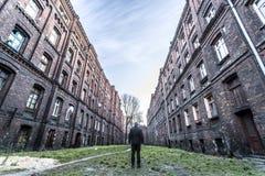 在两个砖公寓单元的人之间 免版税库存图片